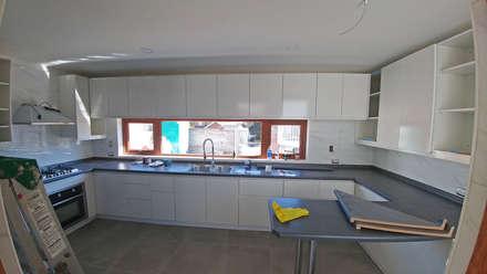 Casa Lomas De Montemar: Muebles de cocinas de estilo  por Lau Arquitectos