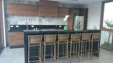 Cucina in stile in stile Tropicale di IMAGINARTE -  Arquitetura & Construção