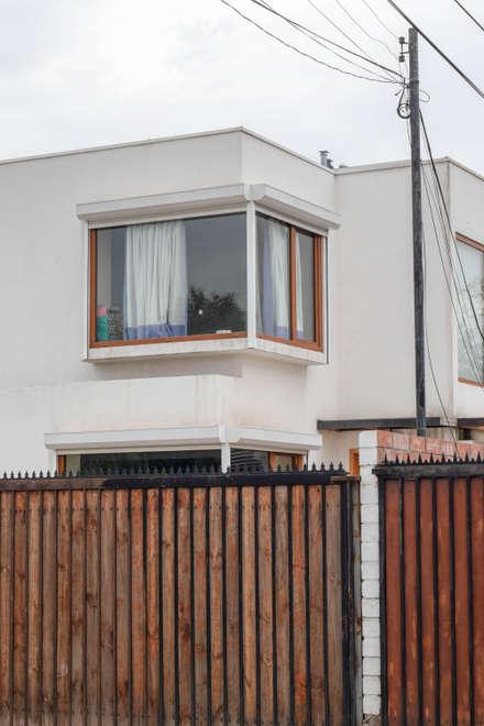 Wooden windows by Arqbau Ltda.