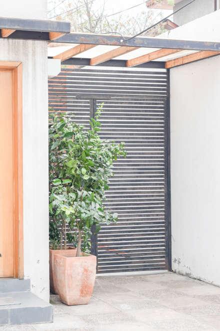 Front doors by Arqbau Ltda.
