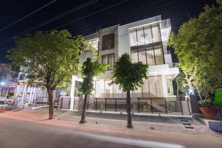 """Singaar"": minimalistic Houses by Skywalk Designs"