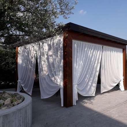 Struttura autoportante : Giardino con piscina in stile  di zinesi design