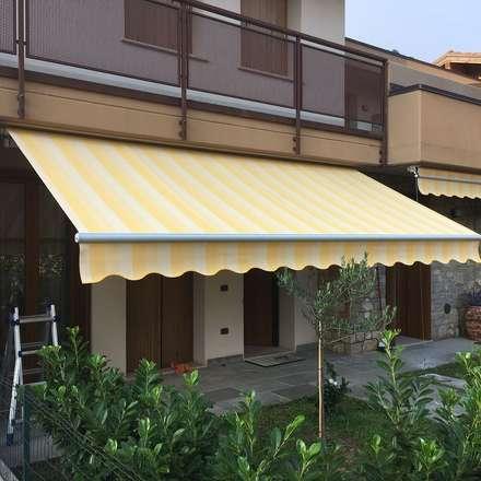 tenda da sole motorizzata: Casa unifamiliare in stile  di zinesi design