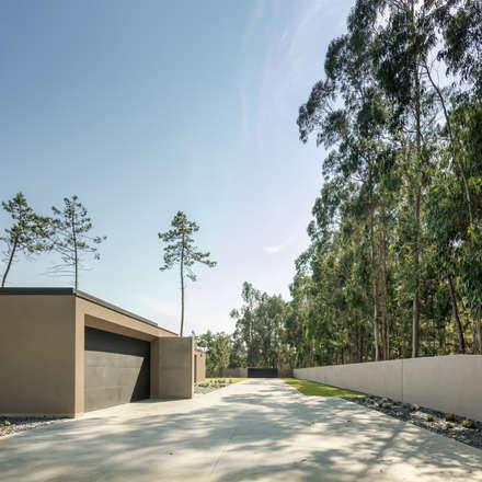 Casa Rio Mau: Garagens e arrecadações minimalistas por Raulino Silva Arquitecto Unip. Lda