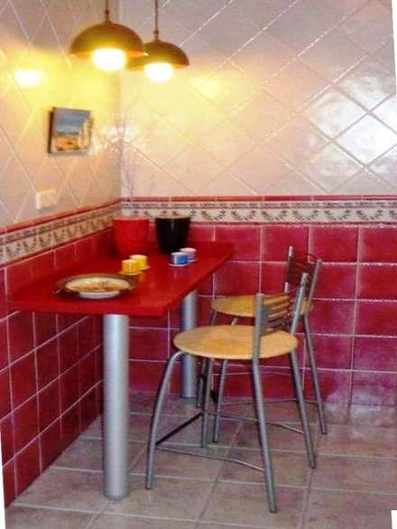 Rincón  office  en la  cocina : Cocinas integrales de estilo  de CONSUELO TORRES Proyectos Globales de Interiorismo
