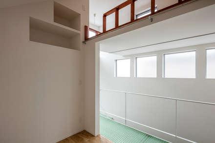 Dormitorios juveniles  de estilo  por 前田篤伸建築都市設計事務所
