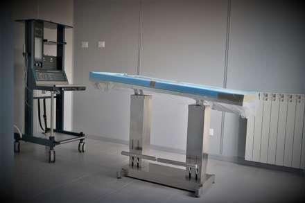 Clinica Veterinaria - Carate Brianza: Studio in stile in stile Industriale di Architetto Libero Professionista