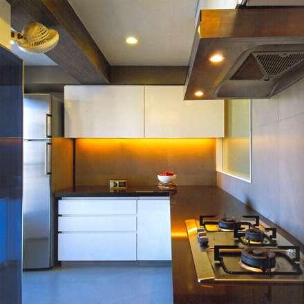 2bhk Kolkata:  Built-in kitchens by HANNAH INTERIOR CONCEPTS