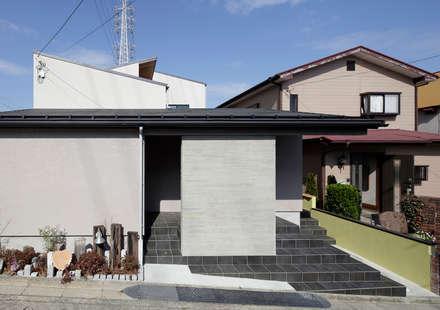 Single family home by 腰越耕太建築設計事務所