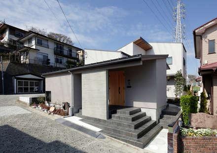 Casas unifamilares de estilo  de 腰越耕太建築設計事務所