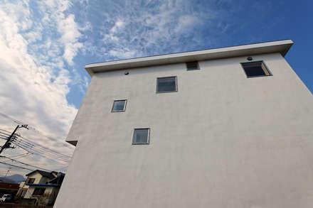 Ventanas de PVC de estilo  de 前田篤伸建築都市設計事務所