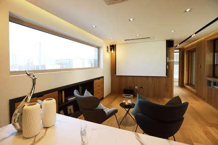 2F 가족룸&개인 공간: 더존하우징의  서재 & 사무실