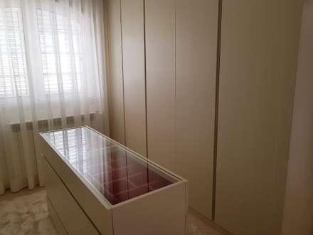 Mansão em V.N.Famalicão: Closets clássicos por Atelier Kátia Koelho
