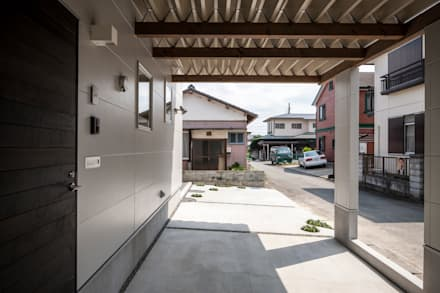 Garajes abiertos de estilo  de 前田篤伸建築都市設計事務所