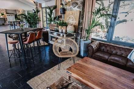 Espacios que transmiten mucho con muy poco.: Salones de estilo rústico de Muebles Marieta