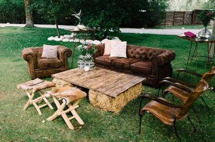 Jardines.: Salones de estilo rústico de Muebles Marieta