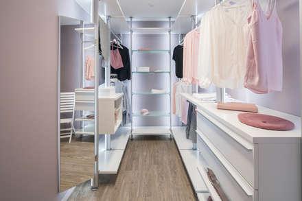 modern Dressing room by FingerHaus GmbH