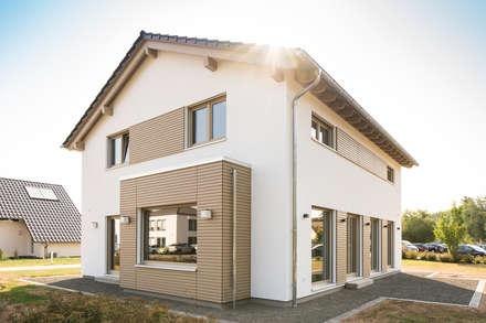Außenansicht Giebelseite mit holzverschaltem Rechteckerker und Sitzbankfenster:  Fertighaus von FingerHaus GmbH