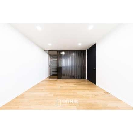 간살도어 vertical stripe design sliding door: WITHJIS(위드지스)의  드레스 룸