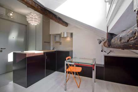 Existenzminimum: Sala da pranzo in stile in stile Minimalista di auge architetti