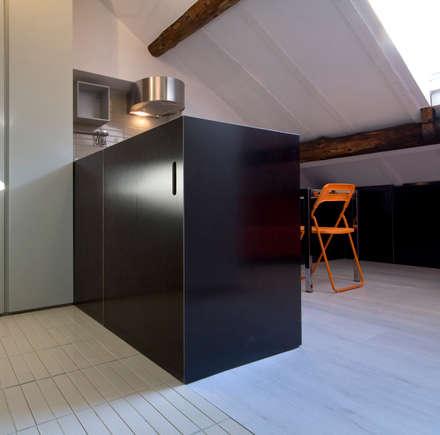 Existenzminimum: Ingresso & Corridoio in stile  di auge architetti