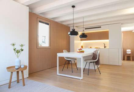 Mini apartamento en Gran de Gracia: Comedores de estilo escandinavo de YLAB Arquitectos