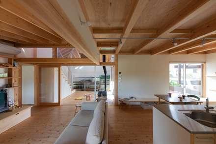 和室からLDKを見返す: 千田建築設計が手掛けたリビングです。