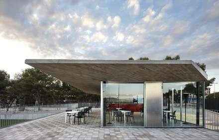 Club Deportivo Vallpala: Bares y Clubs de estilo  de Viceversa Arquitectura & Diseño