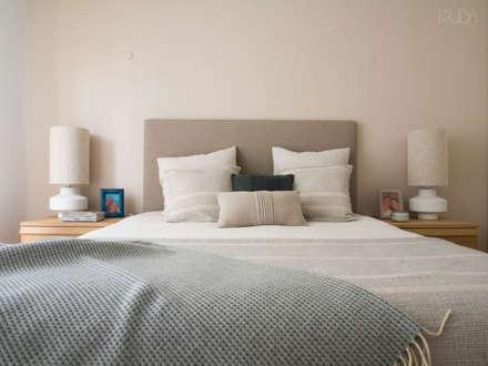 Quarto de Casal | Depois: Quartos escandinavos por MUDA Home Design