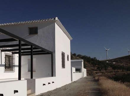 Fachada: Casas rurales de estilo  de ÁVILA ARQUITECTOS