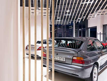 Concesionarias de automóviles de estilo  por Sambori Design