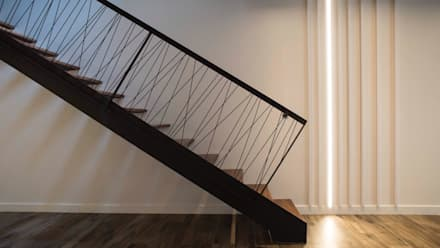 RESIDENCIAL 2: Escaleras de estilo  de Sambori Design