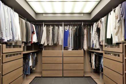Residencial 3: Vestidores de estilo moderno de Sambori Design