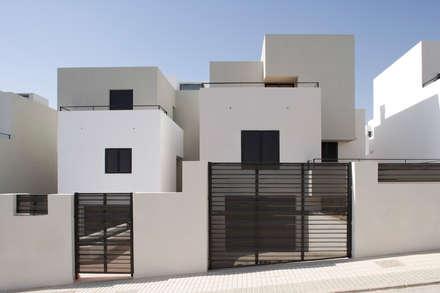 Fachada: Casas unifamilares de estilo  de ÁVILA ARQUITECTOS