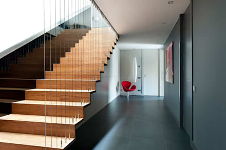 RESIDENCIAL 3: Escaleras de estilo  de Sambori Design