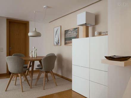 Sala | Depois: Salas de jantar escandinavas por MUDA Home Design