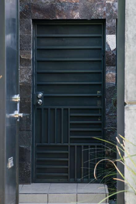 Puertas de entrada de estilo  por GPro - Gabinete de Proyectos
