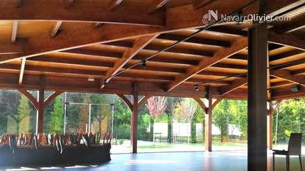 Cubierta en madera laminada curva: Salones de eventos de estilo  de NavarrOlivier