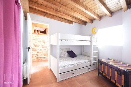 Dormitorios infantiles de estilo rústico por METRIA