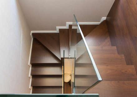 Residencial 1: Escaleras de estilo  de Sambori Design