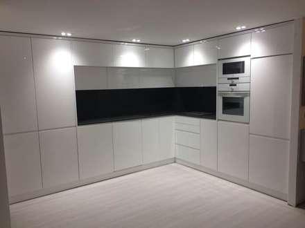 Cozinha Lacado alto brilho : Cozinhas embutidas  por Portochic