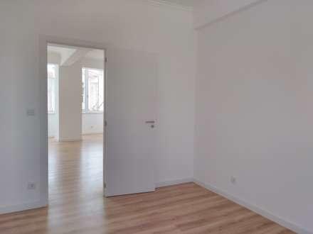 Apartamento T2 Penha França: Quartos minimalistas por EU LISBOA