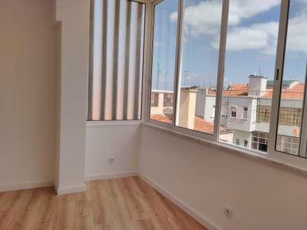 Apartamento T2 Penha França: Janelas   por EU LISBOA