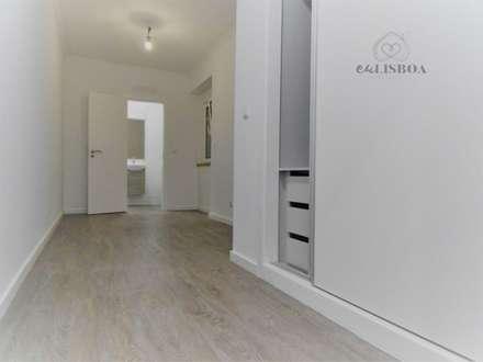 Apartamento T3 Penha França: Quartos rústicos por EU LISBOA