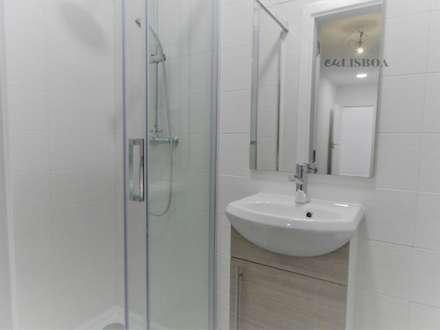 Apartamento T3 Penha França: Casas de banho rústicas por EU LISBOA