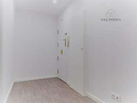 Apartamento T3 Penha França: Corredores e halls de entrada  por EU LISBOA