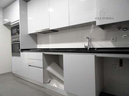 Apartamento T3 Penha França: Cozinhas rústicas por EU LISBOA