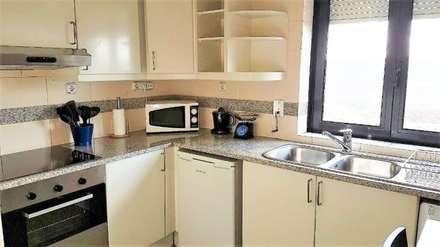 Apartamento T1 Campolide: Cozinhas mediterrânicas por EU LISBOA
