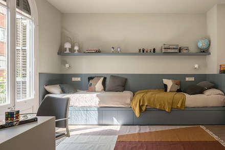 VIVIENDA MUNTANER: Habitaciones de niños de estilo  de Meritxell Ribé - The Room Studio