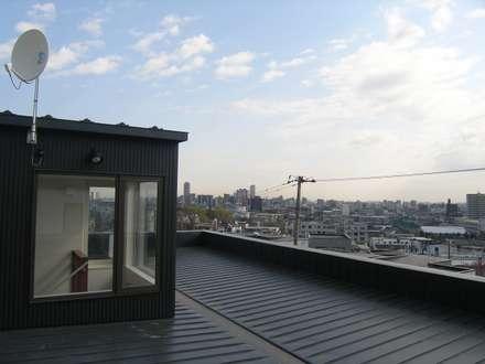 山の手の展望ガレージハウス: アウラ建築設計事務所が手掛けた屋根です。